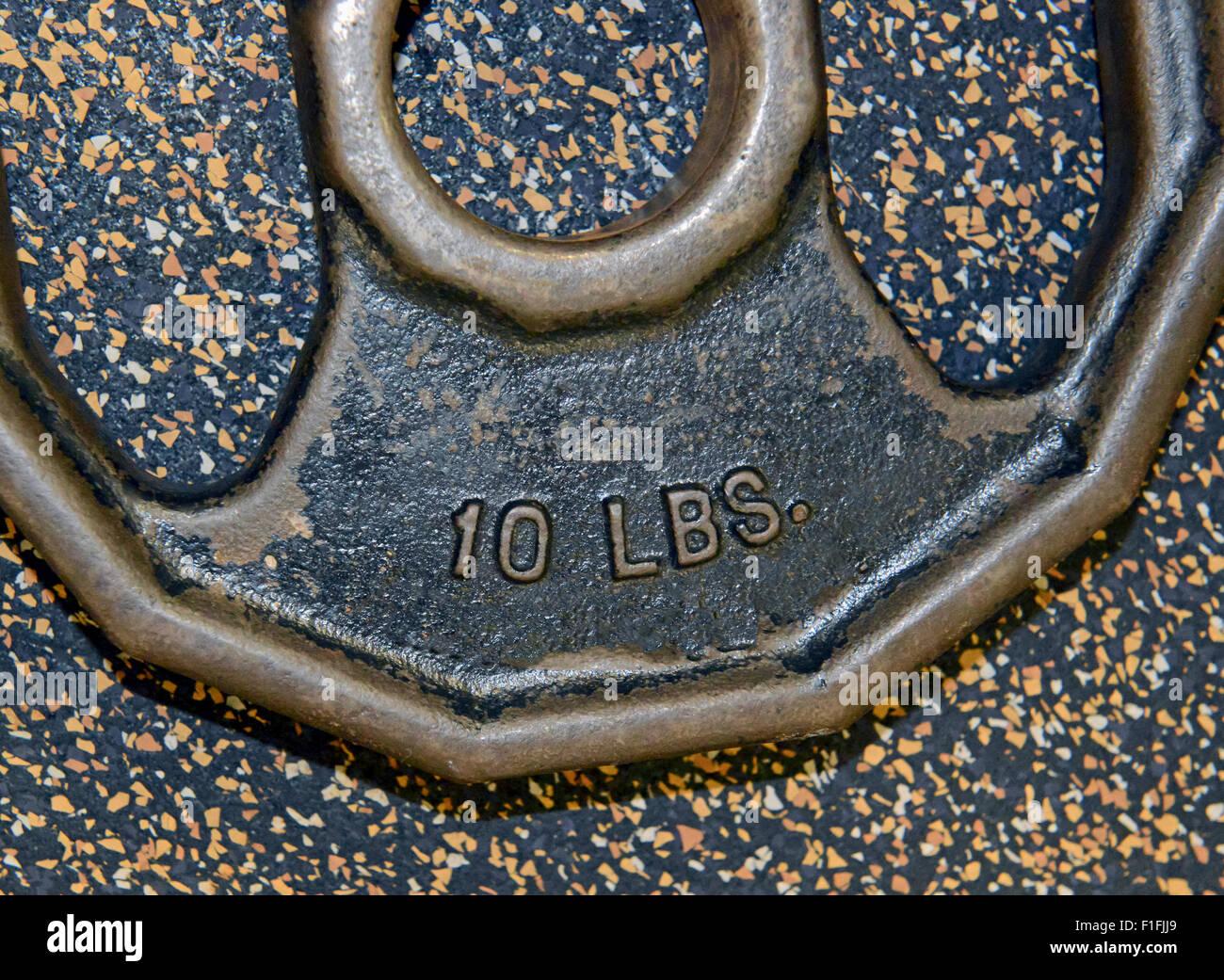 Gewicht Eisenplatten und Sportgeräte im Fitnessraum Stockbild