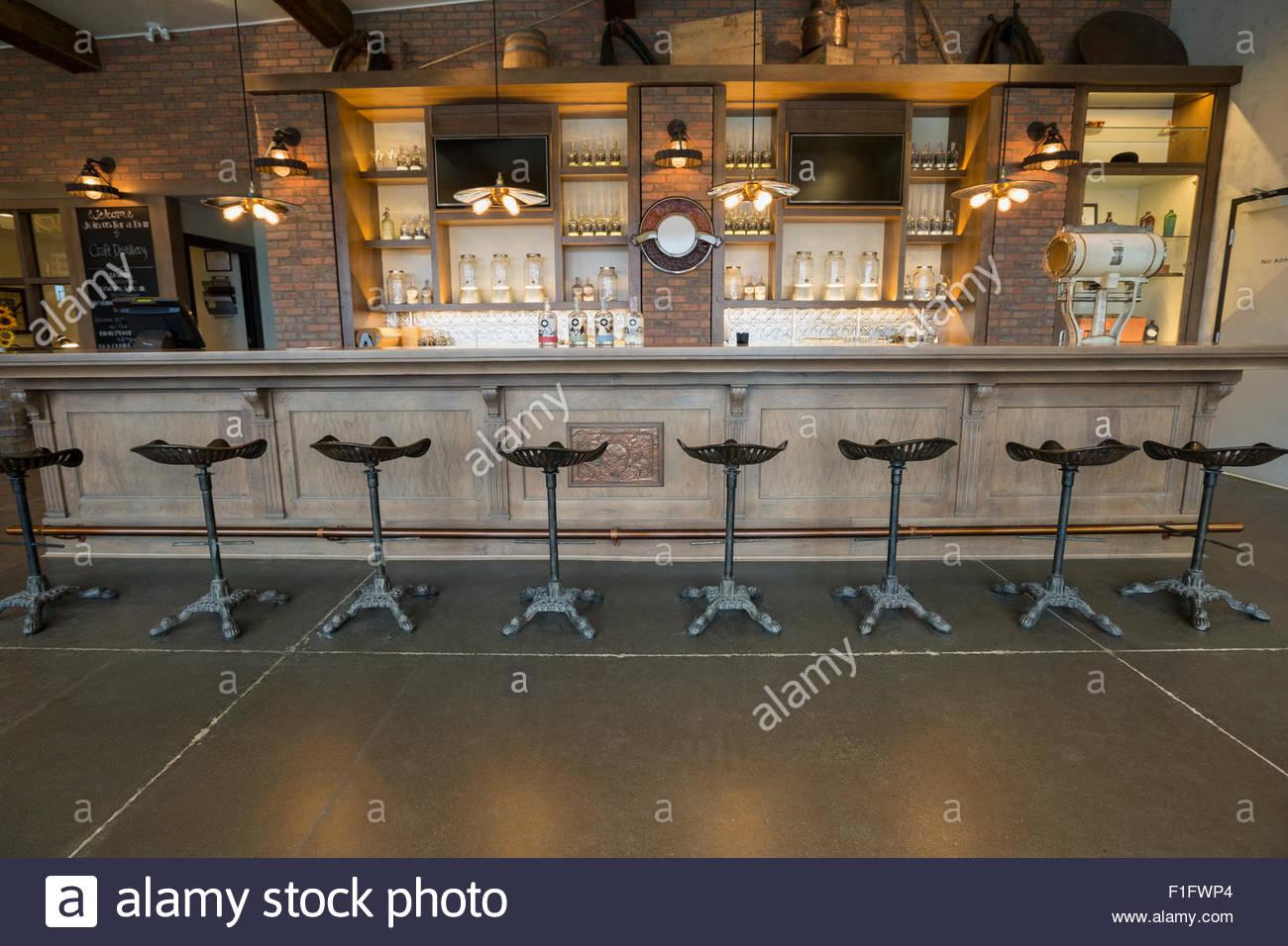 Entlang leer Brennerei Bar Hocker Stockbild
