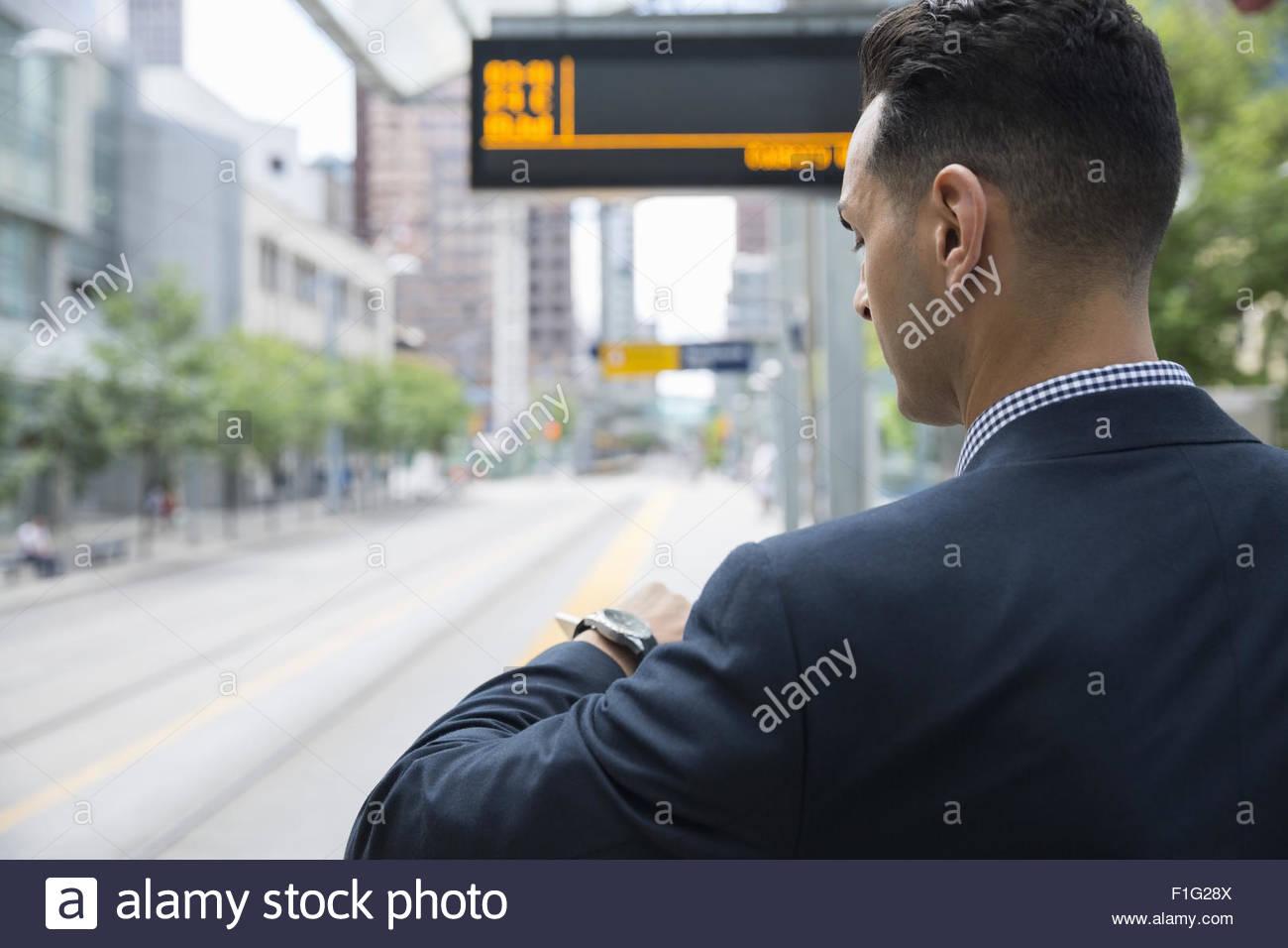 Geschäftsmann, überprüfen der Zeit auf Armbanduhr Bahnhof Stockbild