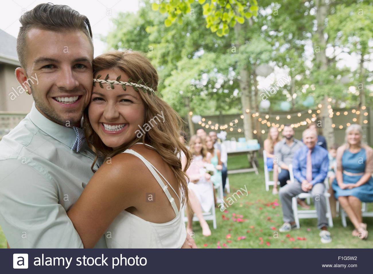 Porträt begeistert Braut und Bräutigam bei Hinterhof Hochzeit Stockbild