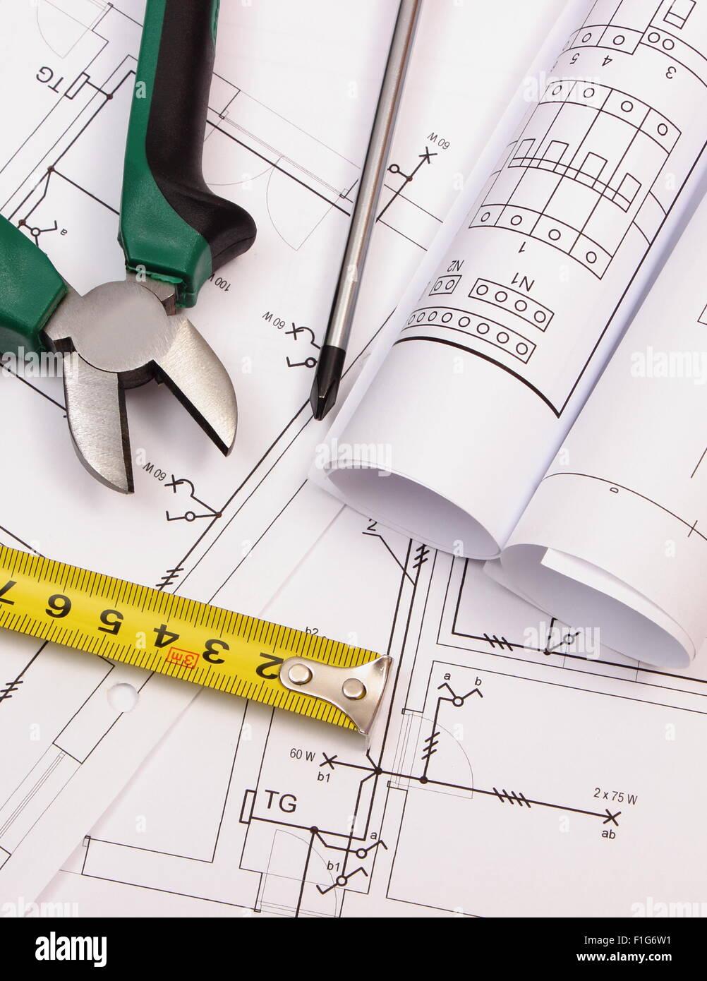 Superior Metall Zangen, Schraubenzieher, Maßband Und Rollen Von Diagrammen Auf  Elektrische Konstruktionszeichnung Des Stockbild