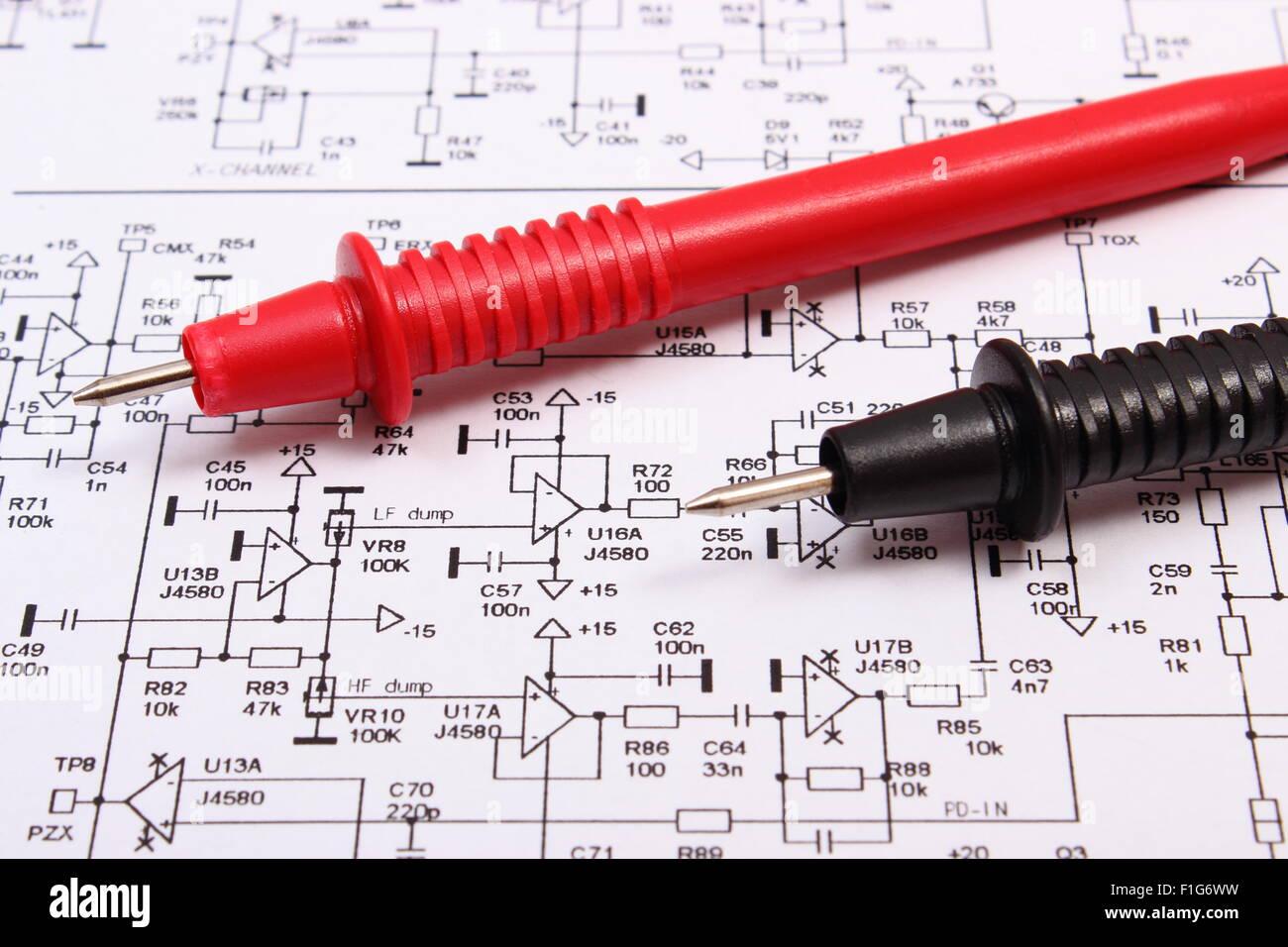 Kabel vom Multimeter auf Diagramm von Elektronik-Platine, Zeichnung ...
