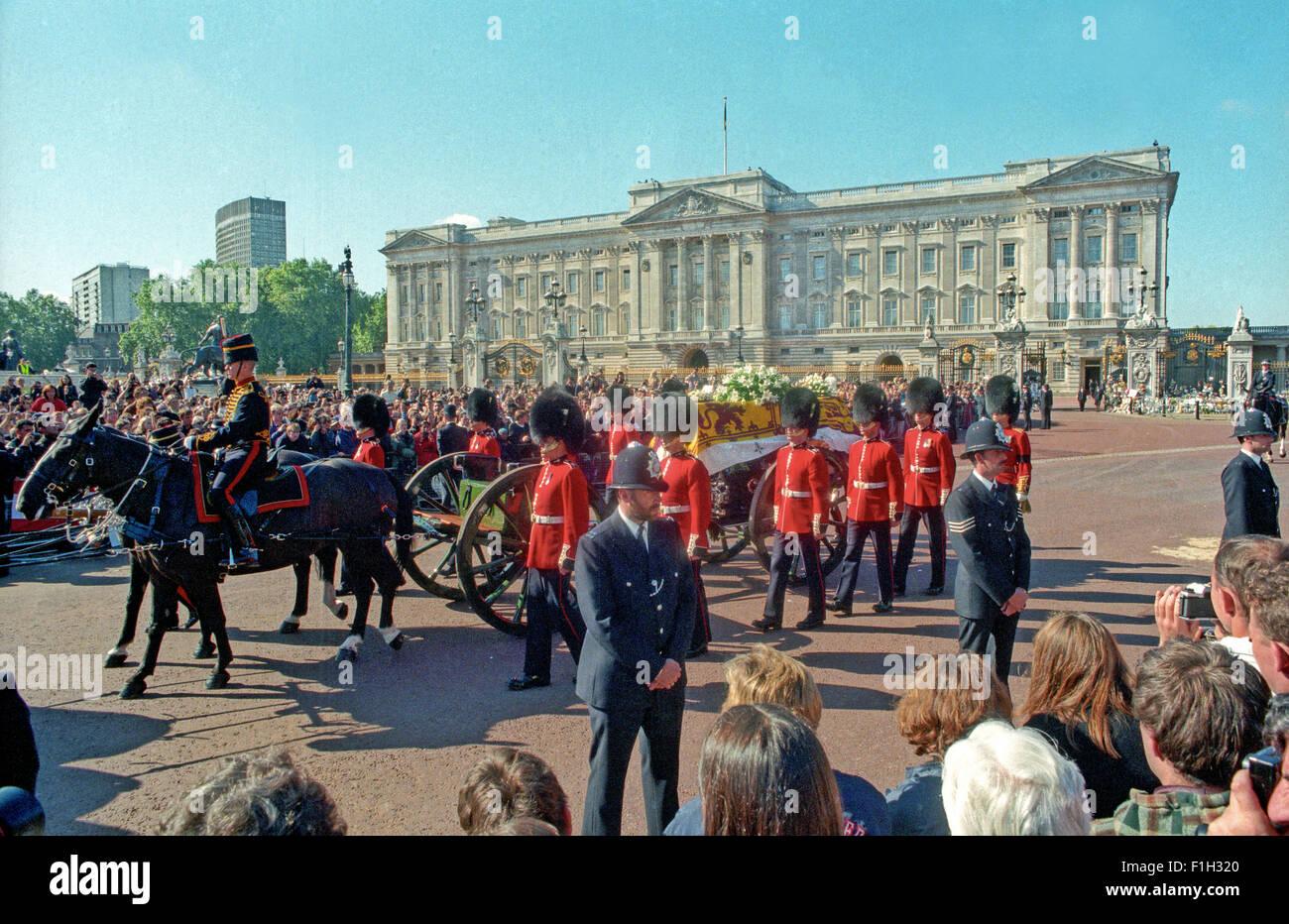 Prinzessin Diana Princess of Wales Beerdigung Pässe Buckingham Palace 6 September 1997. Aus den Archiven von Stockbild