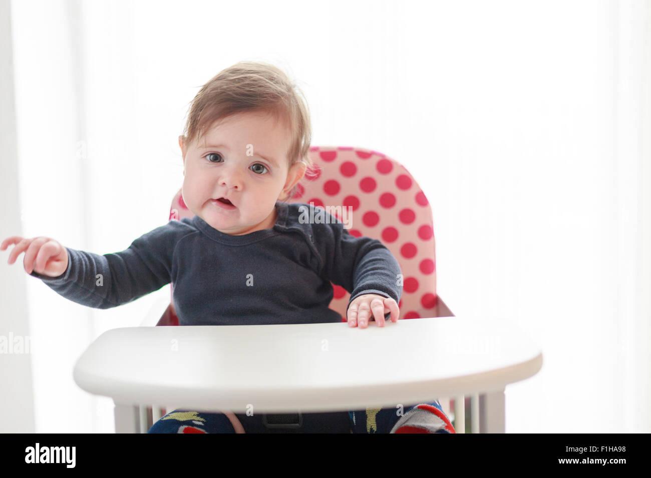 Hochstühle Für Babys Und Kleinkinder ~ Sechs 6 monate altes baby mädchen im hochstuhl stockfoto bild