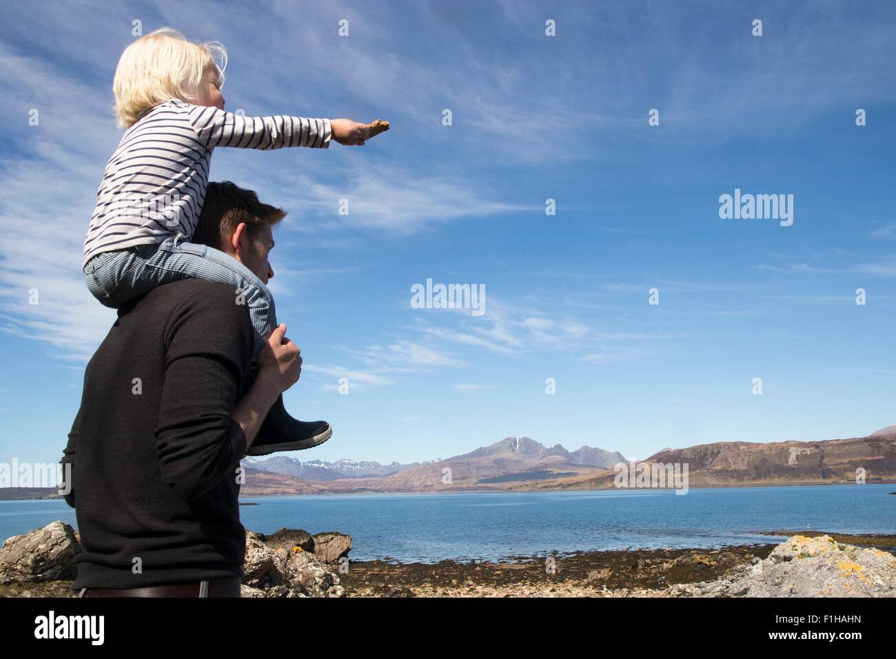 Vater mit Sohn auf Schultern, Loch Eishort, Isle Of Skye, Hebriden, Schottland Stockbild