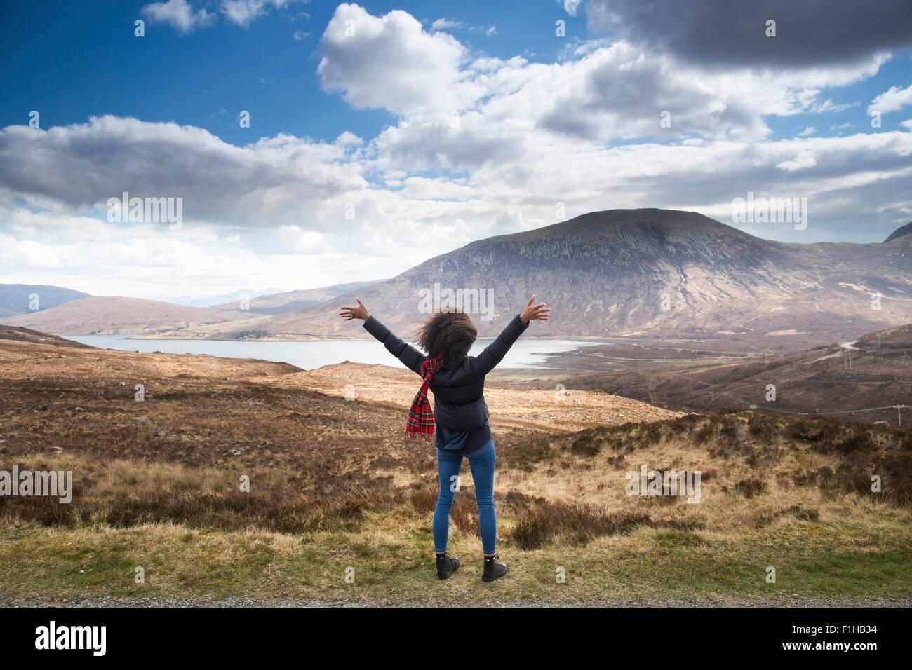 Mitte Erwachsene Frau in Bergen mit Arme nach oben, Isle Of Skye, Hebriden, Schottland Stockbild