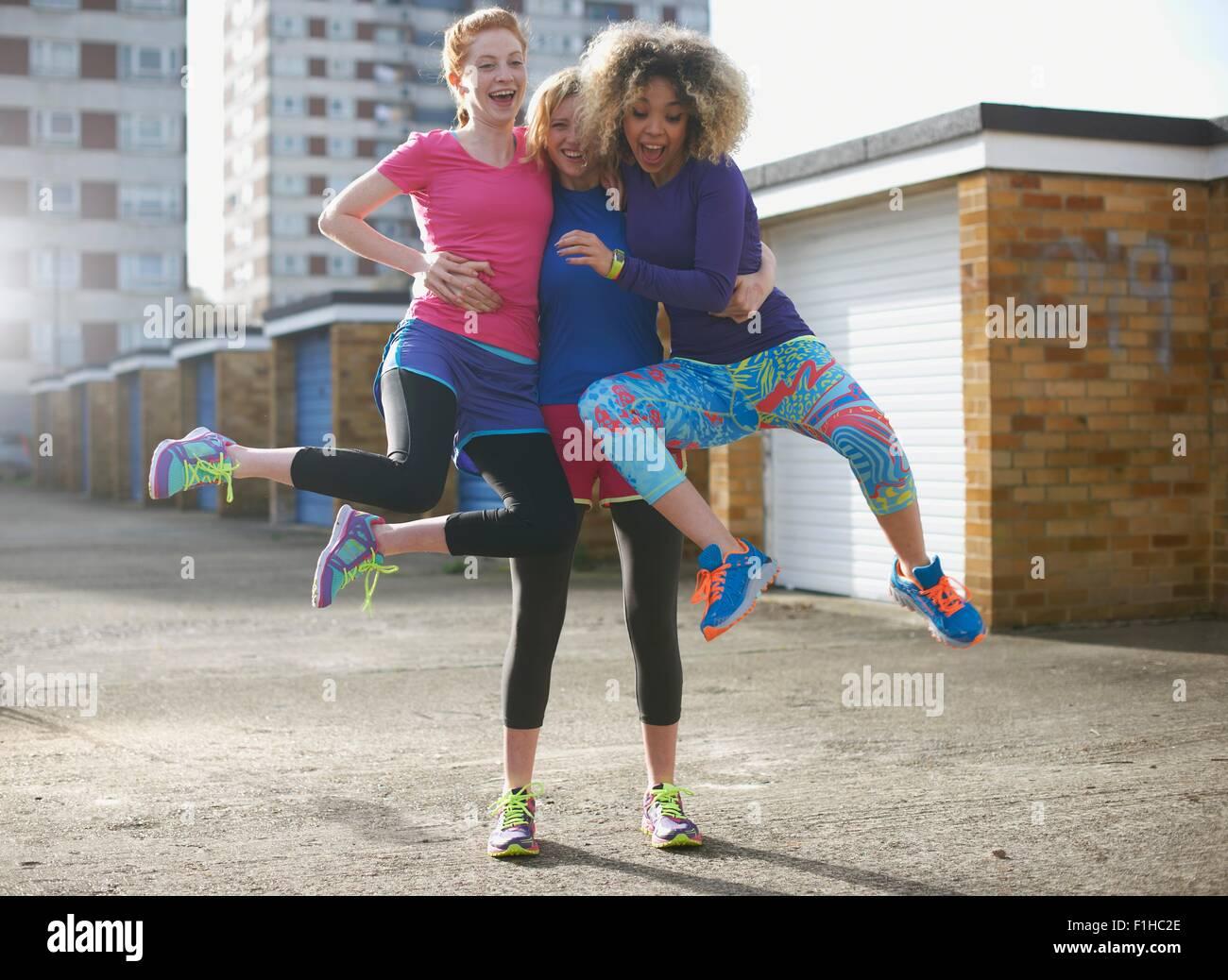 534fe71a8f5baf Porträt von drei Frauen tragen sportliche Kleidung springen ...