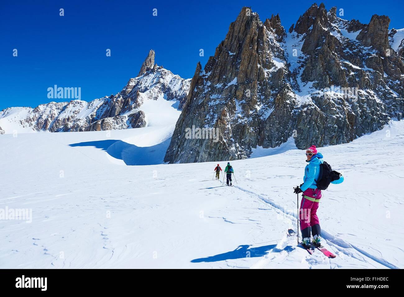 Drei Skifahrer am Mont-Blanc-Massiv, Graian Alpen, Frankreich Stockbild