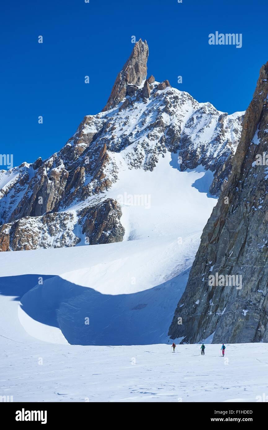 Fernblick über drei Skifahrer am Mont-Blanc-Massiv, Graian Alpen, Frankreich Stockbild