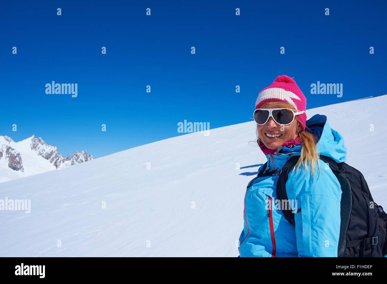 Porträt von Reifen Skifahrerin am Mont-Blanc-Massiv, Graian Alpen, Frankreich Stockbild