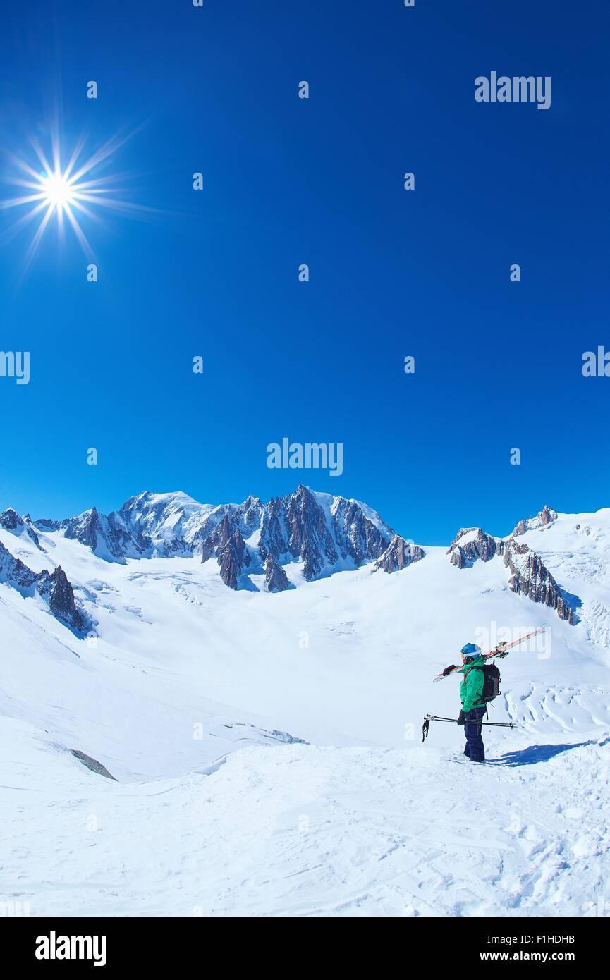 Reifen männlichen Skifahrer mit Blick vom Mont-Blanc-Massiv, Graian Alpen, Frankreich Stockbild