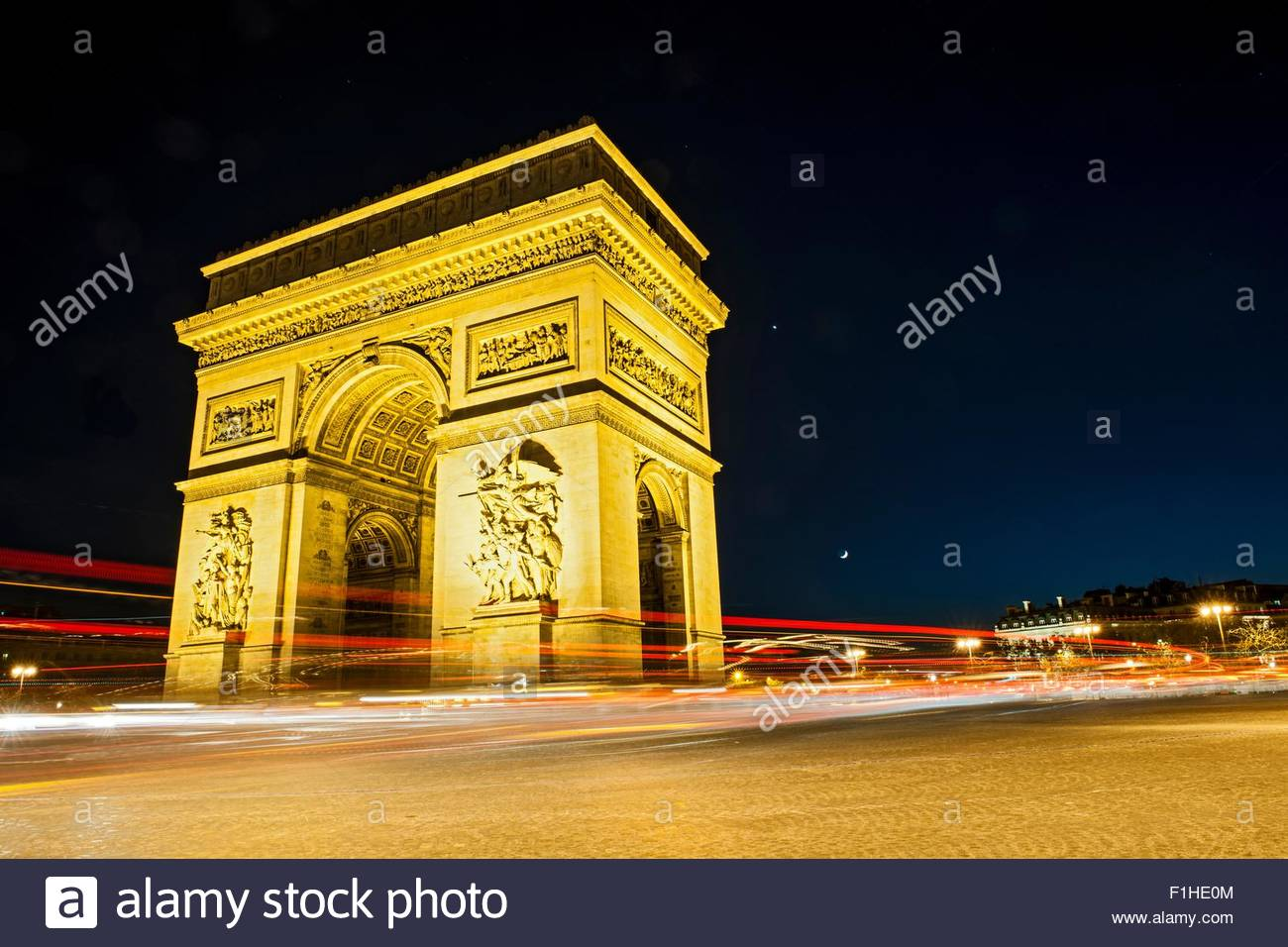 Blick auf den Arc de Triomphe und Verkehr in der Nacht, Paris, Frankreich Stockbild