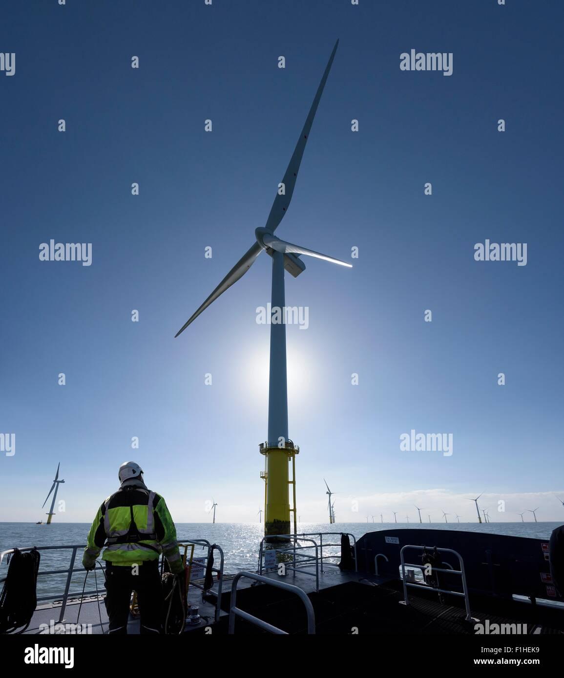Arbeiter auf zarte Service Schiff am Offshore-Windpark Stockbild