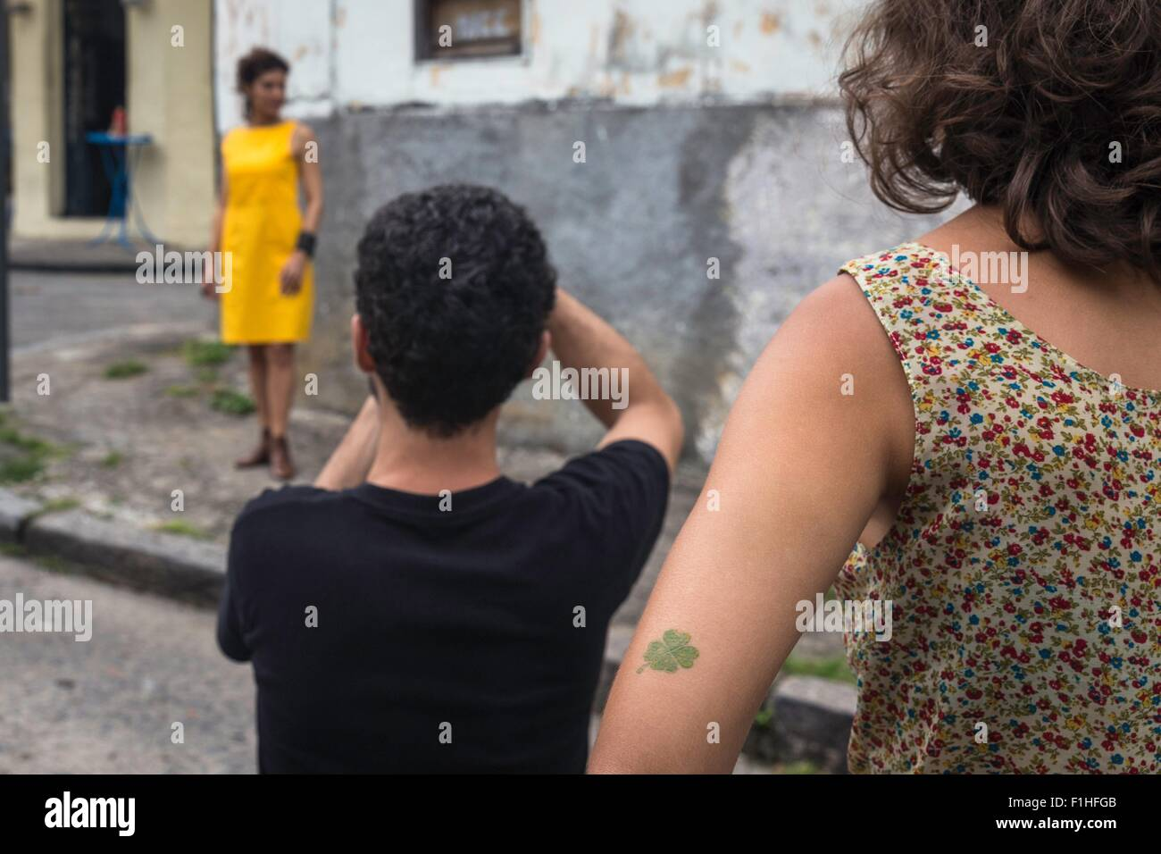 Hinter den Kulissen eine urbane Mode-Shooting mit weiblichen Modell und männlichen Fotografen Stockbild