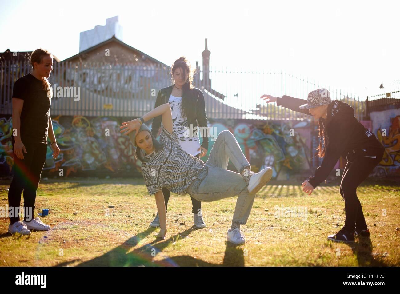 Junge Frau im Breakdance-freeze Stockbild