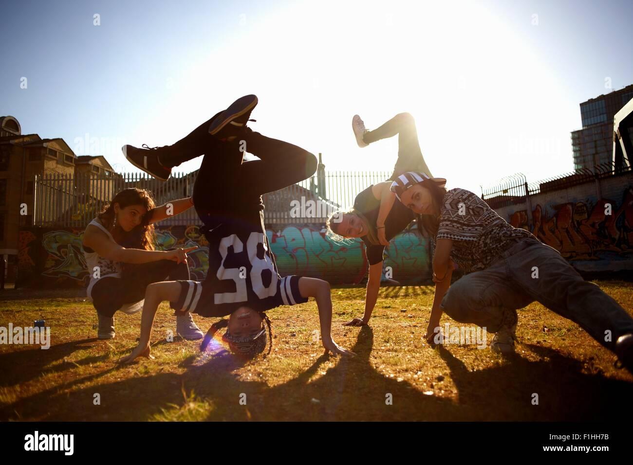Junge Frauen Breakdance Kopfstand fixieren Stockbild