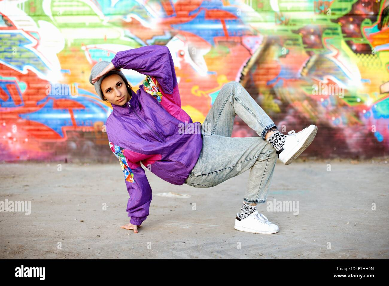 Junge Frau Breakdance Einfrieren gegen graffiti Stockbild