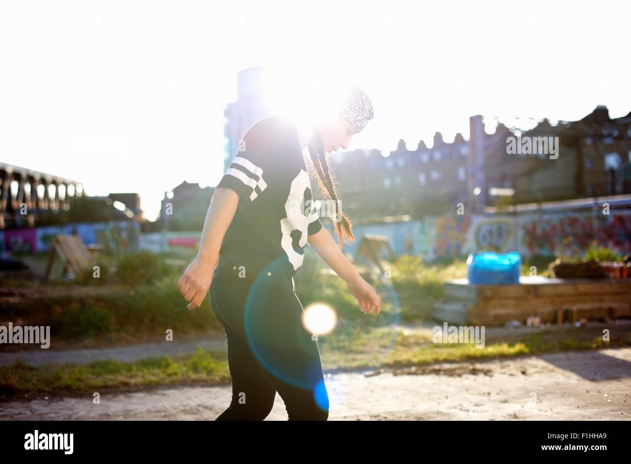 Junge Frauen tanzen in der Sonne, Hintergrundbeleuchtung Stockbild