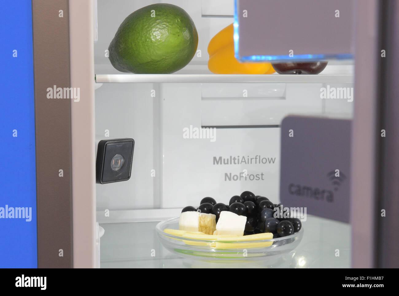 Bosch Kühlschrank Deutschland : Berlin deutschland. 2. sep 2015. zwei kameras die im kühlschrank