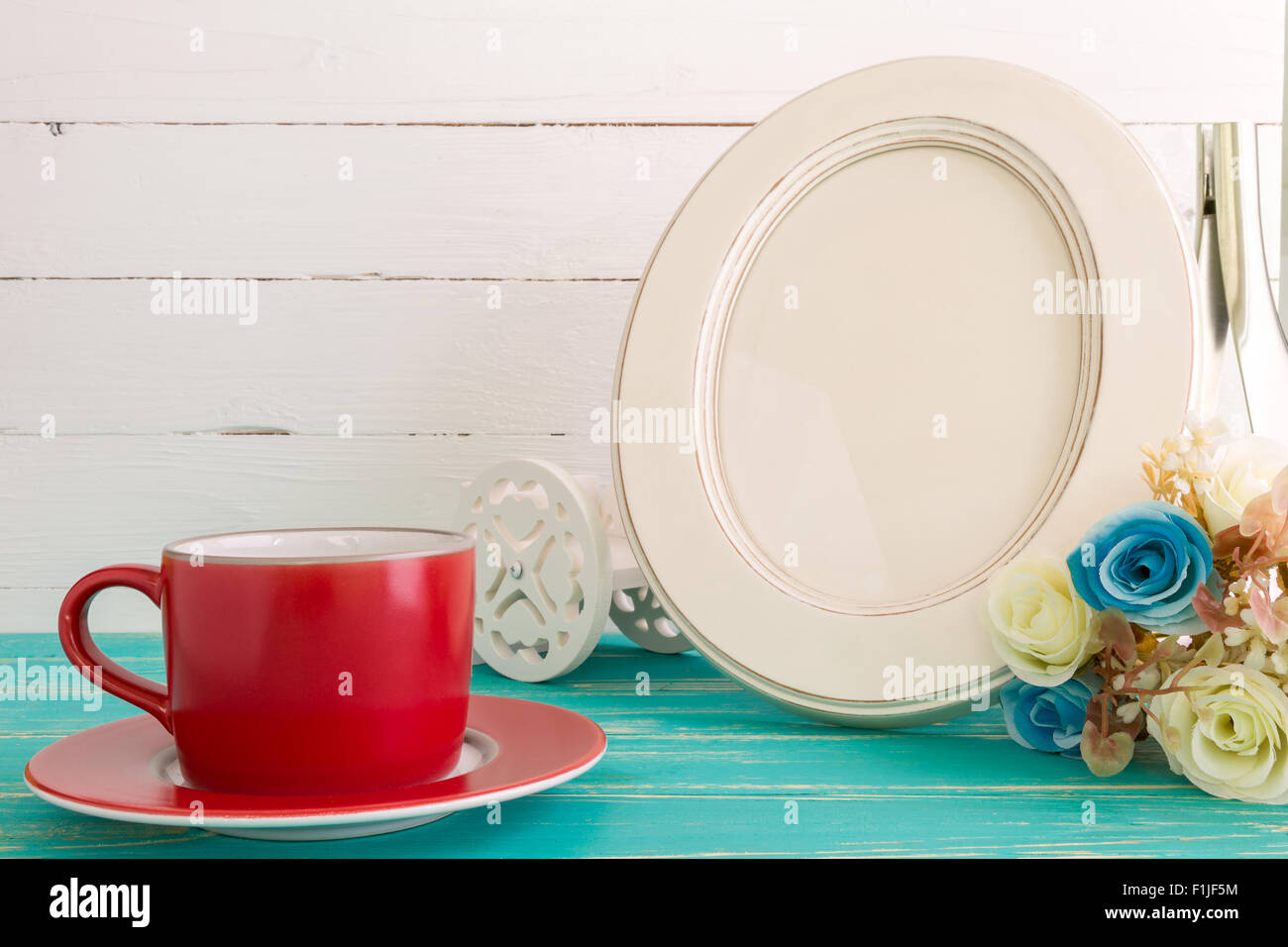 Weiße Vintage Bilderrahmen auf Tisch mit Deko-Hintergrund Stockfoto ...