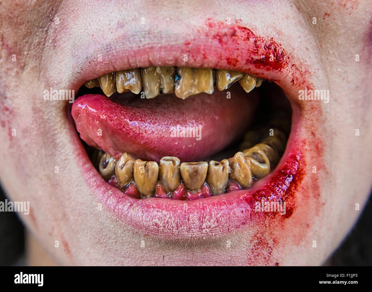 verfaulte zombie z hne mund und zunge film schie en szene aus einem zombie kom die kurzfilm. Black Bedroom Furniture Sets. Home Design Ideas