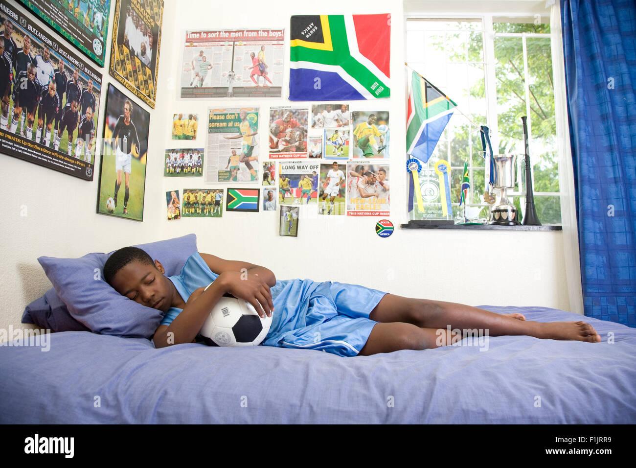 Jungen Fußball-Fan in seinem Schlafzimmer Stockfoto, Bild: 87080317 ...