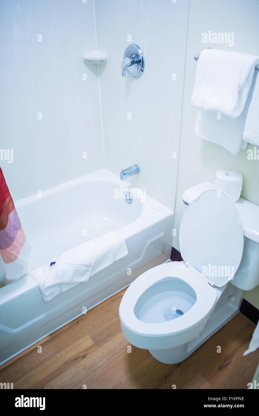Kleines Bad mit Badewanne und WC. Vertikale Bad Foto ...
