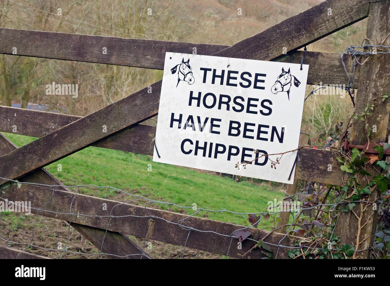 Ein Pferde wurden micro gechipt Warnschild zum Schutz vor Diebstahl Stockbild