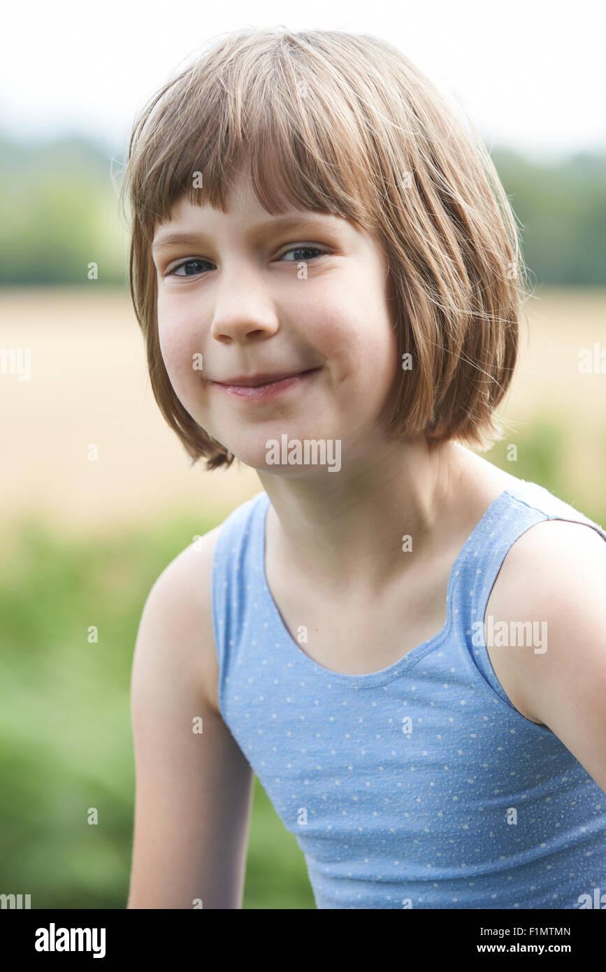 Im freien Kopf und Schultern Porträt eines Mädchens Stockbild