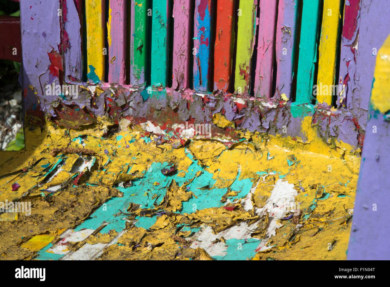 Bemalte Stühle bunt bemalte stühle im garten stockfoto bild 87127624 alamy