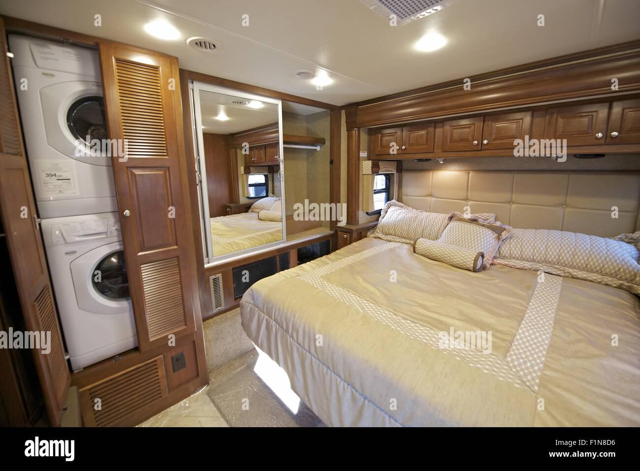 fahrzeuginnenraum schlafzimmer erholung mit waschmaschine und trockner im schrank luxus. Black Bedroom Furniture Sets. Home Design Ideas