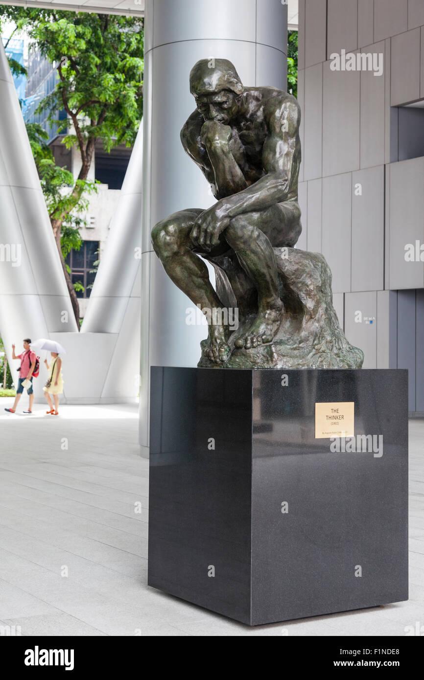 Singapur, Bronce Besetzung von Auguste Rodins berühmte Skulptur im Foyer des Gebäudes OUB Bayfront Stockbild