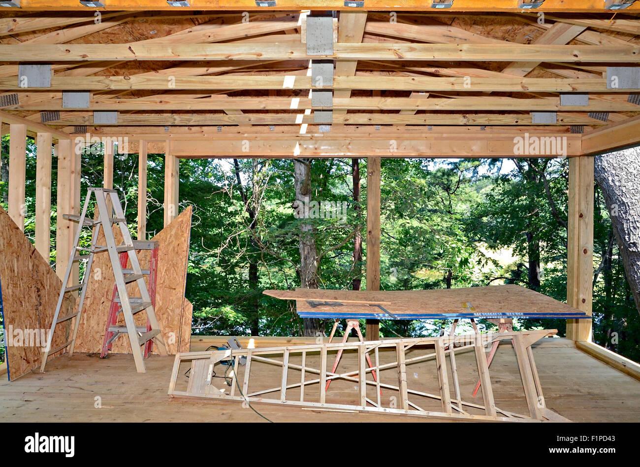 bau im gange, eine veranda ergänzung auf ein haus zu bauen stockfoto