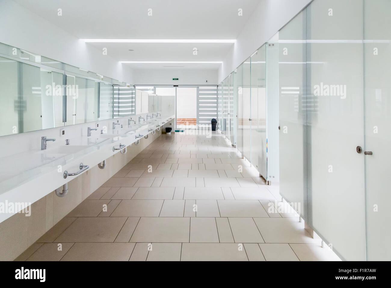 Modernes Badezimmer Interieur aus Marmor mit Dusche aus Glas Tür und ...