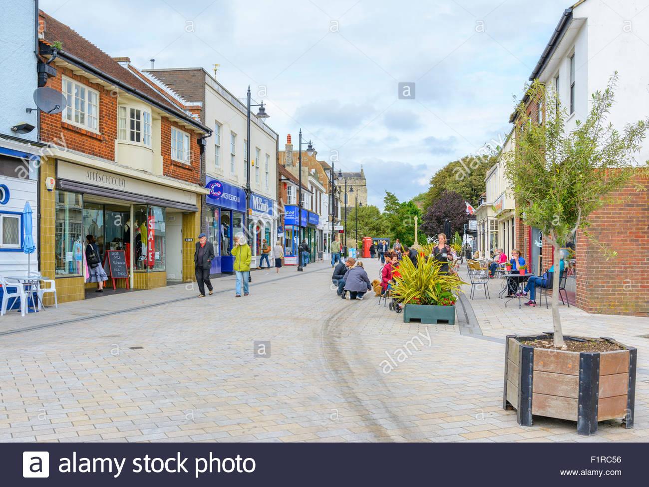 East Street, einer verkehrsberuhigten Straße mit Cafés und Geschäften in Shoreham-by-Sea, West Sussex, Stockbild