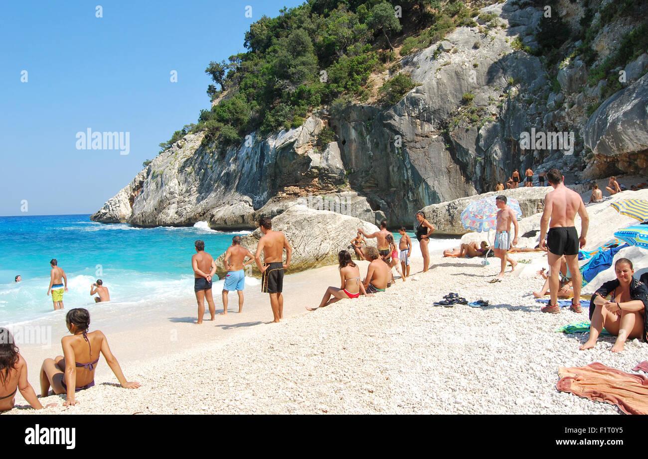 Menschen in weißen Strand mit kristallblauen Meer und Wellen im Sommer in Cala Goloritzè als redaktionell Stockbild