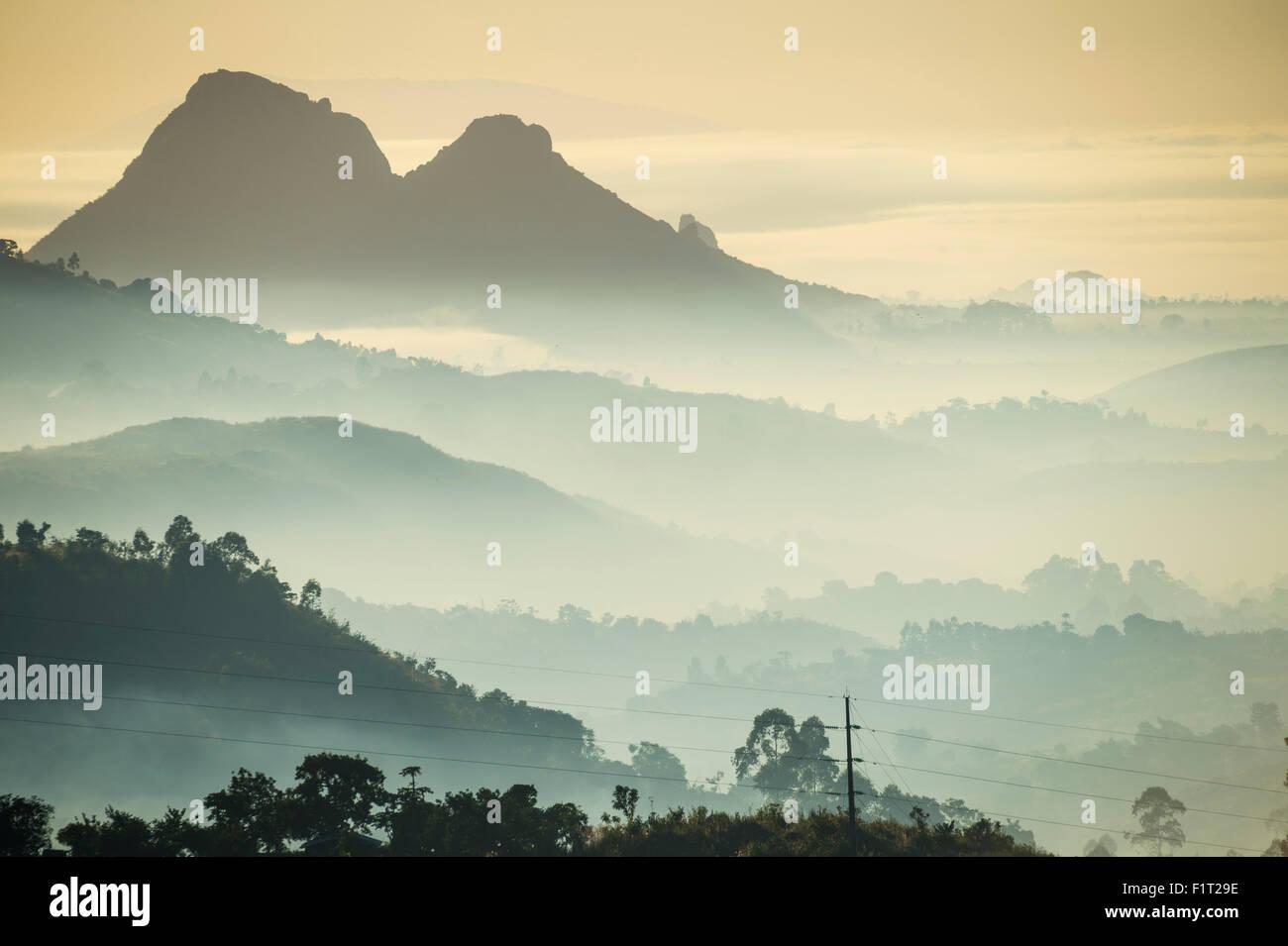 Sonnenaufgang und Nebel über den Bergen rund um Blantyre, Malawi, Afrika Stockbild