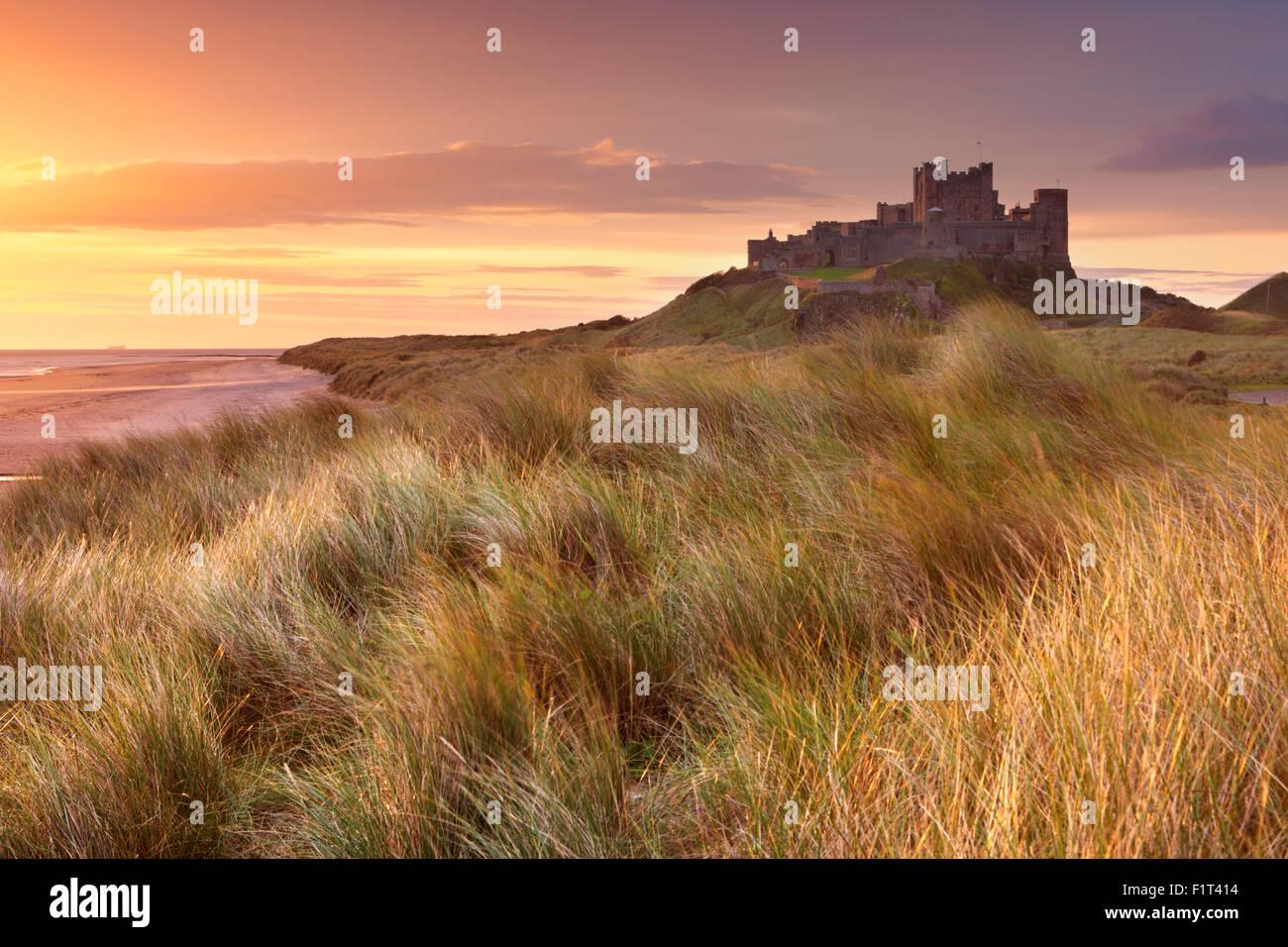 Sonnenaufgang über den Dünen bei Bamburgh Castle in Northumberland, England. Stockbild