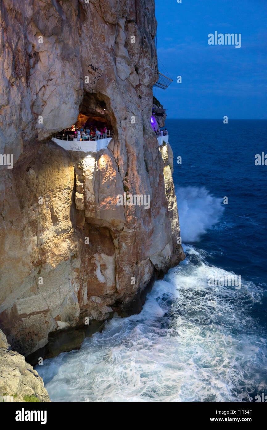 Bar gebaut in Felsen Höhlen, Cova d ' en Xoroi Abend, Cala En Porter, Menorca, Balearen, Spanien, Mittelmeer, Stockbild