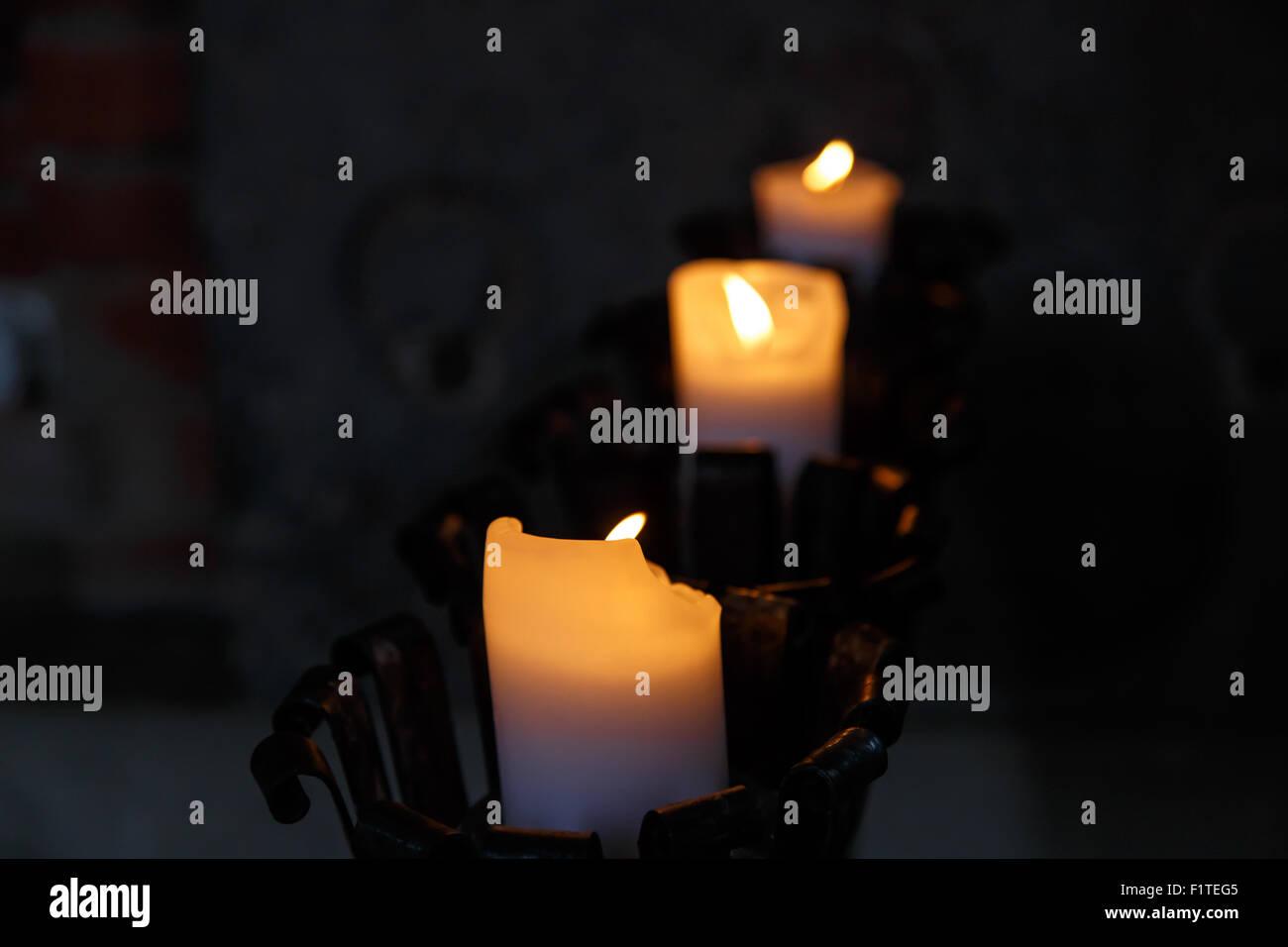 Kronleuchter Eisen Für Kerzen ~ Vorderansicht der kerze in schwarzem eisen kronleuchter brennen
