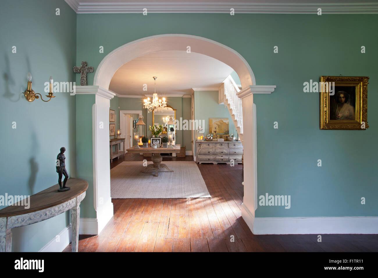 Torbogen trennt zwei gut eingerichtete Zimmer lackiert Ente Ei blau ...