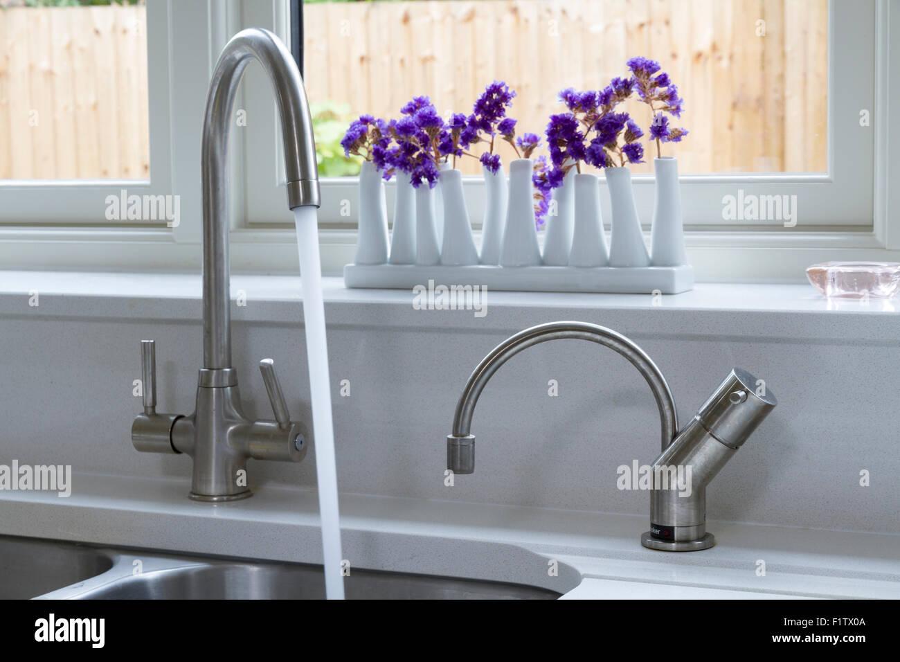 Moderne Kuche Tippen Wasserhahn Mixer Mit Wasser Laufen Stockfoto