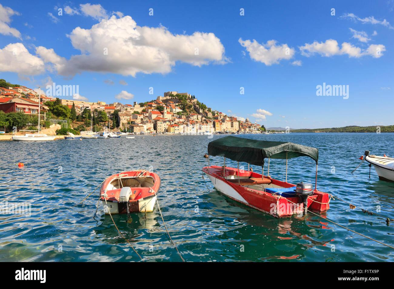 Sibenik auf dem Hügel und Boote vor. Stockbild