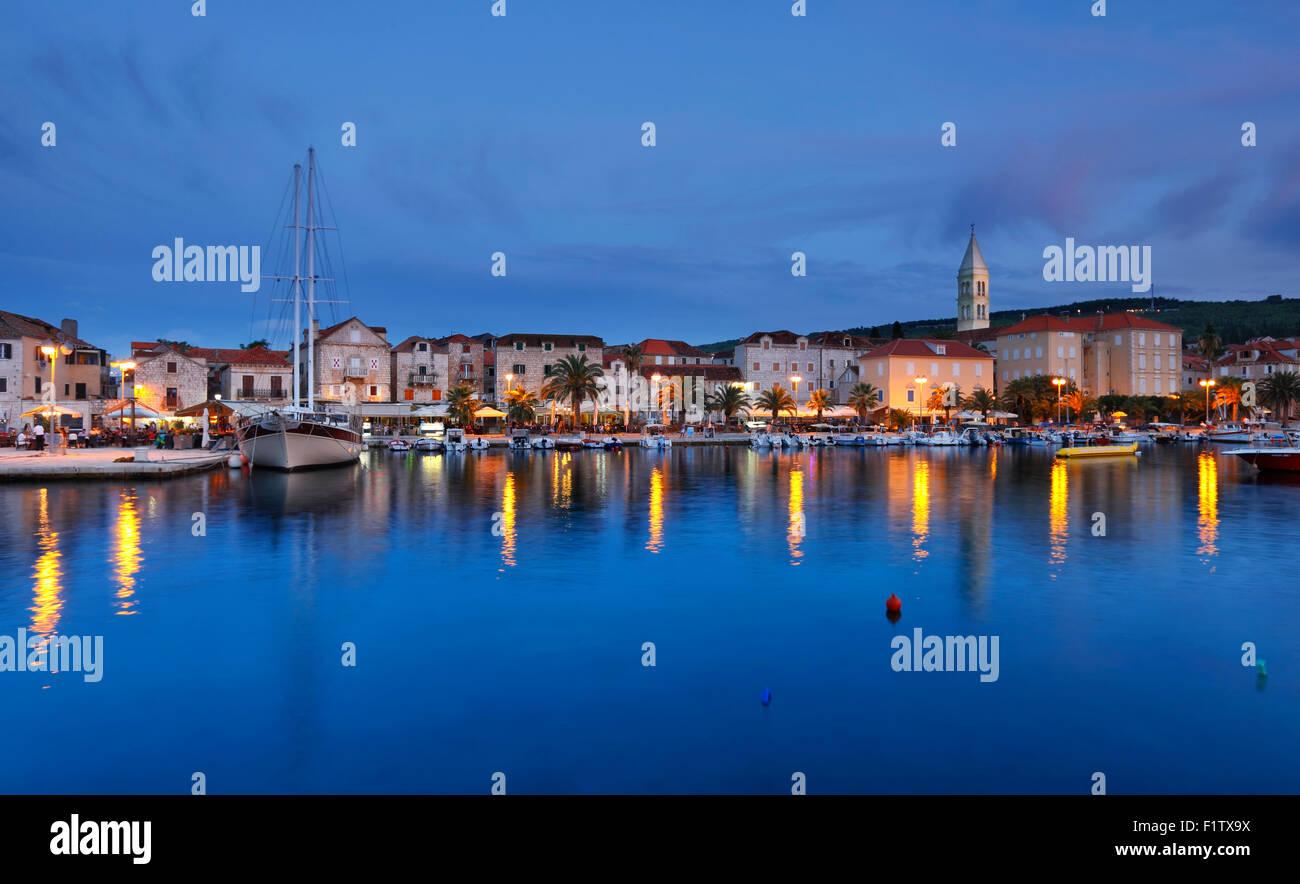 Supetar-Stadt auf der Insel Brac am Abend. Stockbild