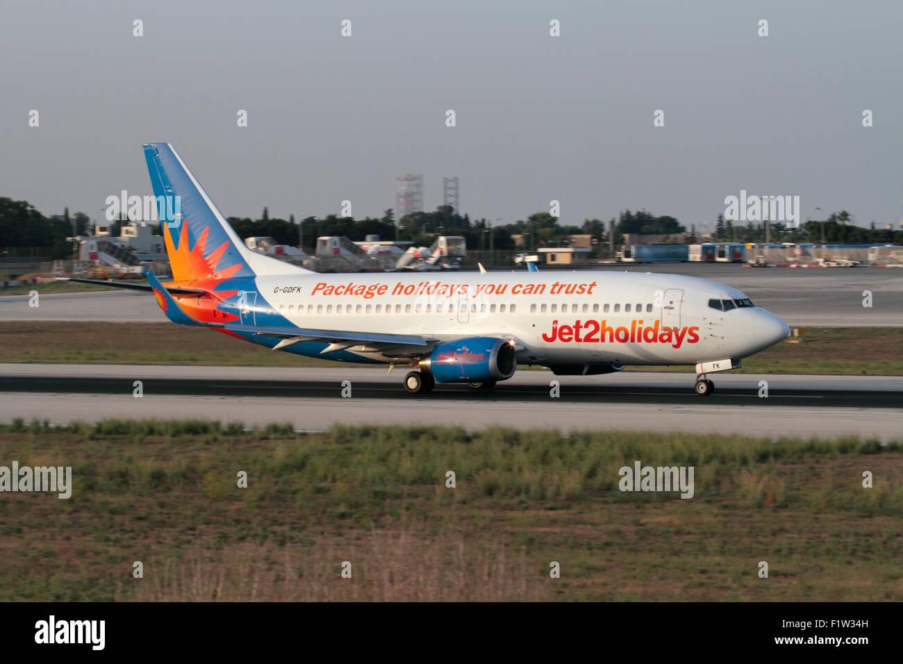 Günstige Flugreisen. Jet2 Boeing 737-300, die aus Malta Stockbild