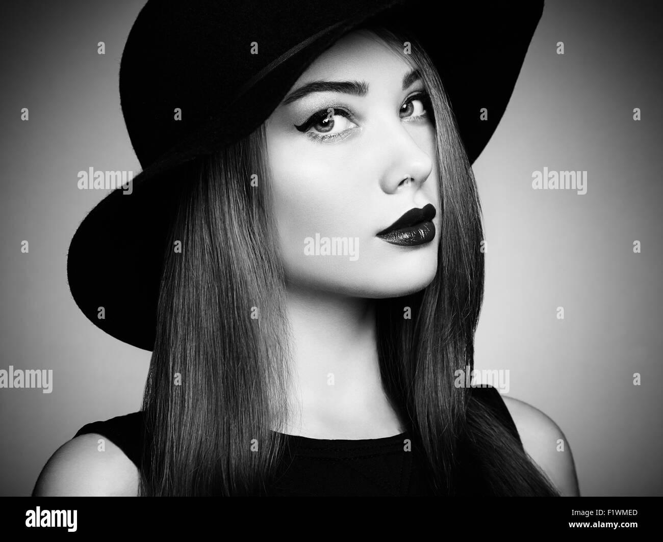 Modefoto jungen herrliche Frau mit Hut. Mädchen posiert. Studio Foto.  Perfektes Make-up. Schwarz   weiß 284f84fffe