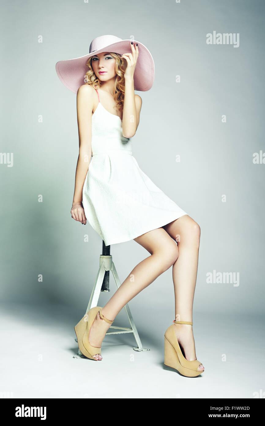 Modefoto jungen herrliche Frau mit Hut. Mädchen posiert. Studio Foto.  Blonde Frau 56c4331786