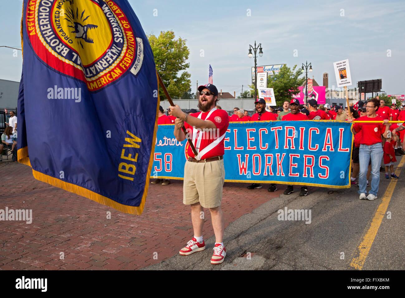 Detroit, Michigan - Mitglieder der International Brotherhood of Electrical Workers beteiligen sich an der Labor Stockbild