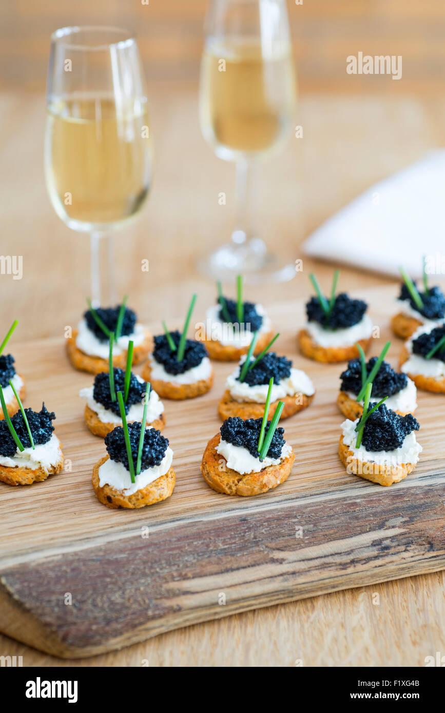 """Häppchen aus Crostini mit weichen Käse und Algen """"Kaviar"""" gemacht. Stockbild"""