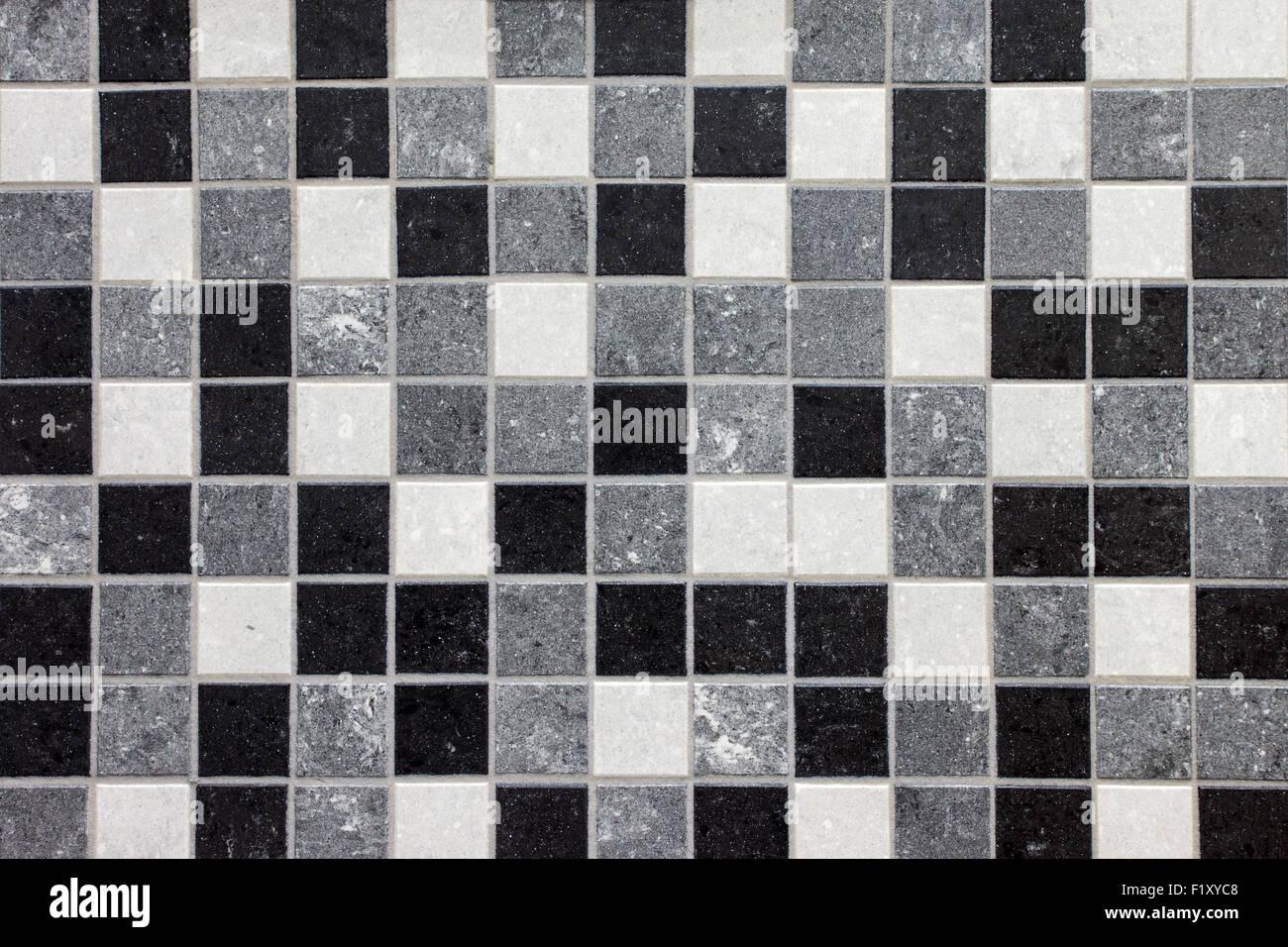 Schwarz Weiss Und Grau Mosaik Fliesen In Einem Badezimmer Stockfoto